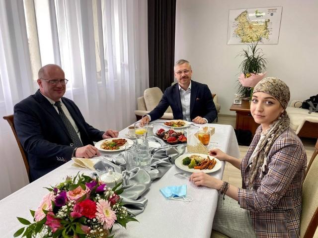 Akcję charytatywną wsparł Waldemar Korczakowski (z lewej)
