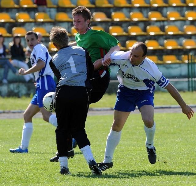Piłkarze Piasta Chociwel (białe koszulki) mają tylko punkt przewagi nad ostatnim zespołem. Jednak również dziesiąty w tabeli Sokół Pyrzyce (zielone koszulki) musi do końca walczyć o jak najlepszą pozycję, by uniknąć problemów z utrzymaniem.