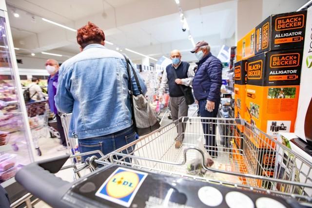 Zarobki w dyskontach są coraz bardziej atrakcyjne. Ile zarabiają pracownicy Lidla - jednego z najpopularniejszych sklepów w Polsce? Sprawdziliśmy.Poznaj stawki na kolejnych slajdach >>>>>
