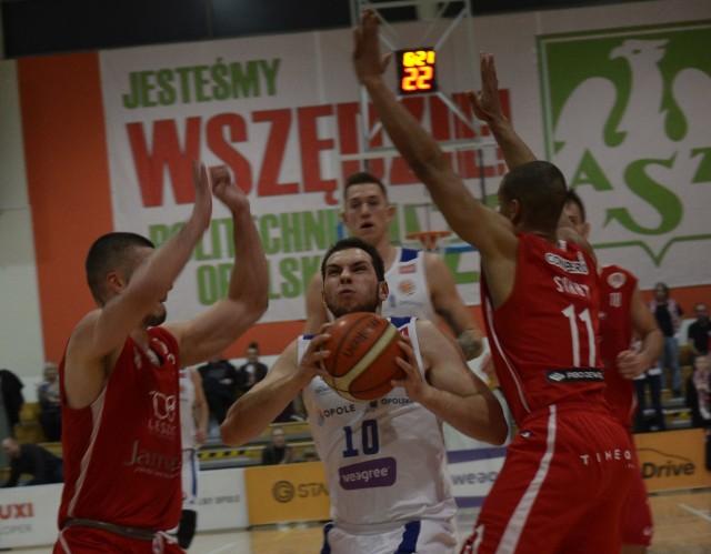 Wojciech Leszczyński (z piłką) i jego koledzy byli zadziwiająco bezradni w meczu z Polonią Leszno.