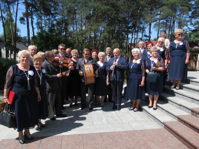 Zespół Klubu Seniora Ustronie koncertował w niedzielę, 20 maja, w kościele Przemienienia Pańskiego w Międzyborowie. W repertuarze koncertu znalazły się pieśni maryjne oraz piosenki o matce w związku ze zbliżającym się Dniem Matki. Na zakończenie matki otrzymały od zespołu bukieciki kwiatów.