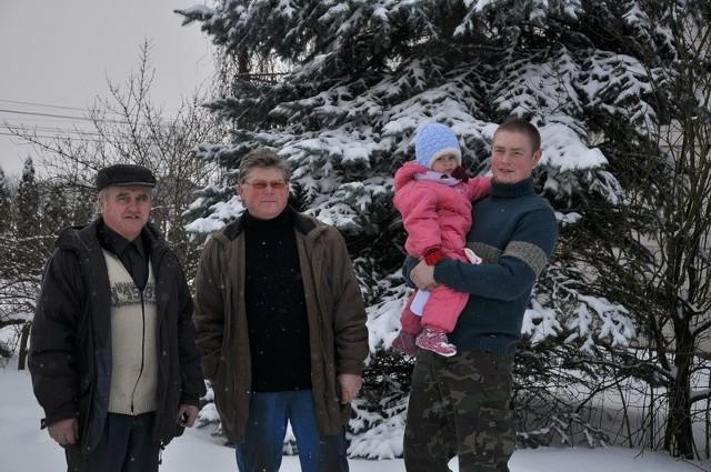 - Nie chcemy u siebie tykającej bomby - są zgodni sołtys Leszek Iwanowski, Paweł Ziemecki i jego syn Michał (na zdjęciu z córką)