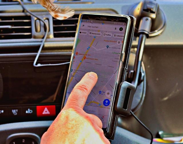 Google Maps to jeden z najpopularniejszych serwisów nawigacyjnych. Jego zaletą jest nie tylko darmowy dostęp, ale też coraz bogatszy zestaw funkcji dodatkowych. Google Maps szykuje kolejne nowości! Aplikacja ma prognozować zużycie paliwa i sugerować trasy najbardziej przyjazne dla środowiska. Jakie jeszcze ciekawe funkcje ma lub będzie mieć Google Maps? Sprawdź w poniższej galerii!Czytaj dalej. Przesuwaj zdjęcia w prawo - naciśnij strzałkę lub przycisk NASTĘPNE