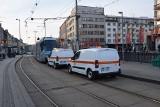 Złamany pantograf w centrum Wrocławia. Ogromne utrudnienia dla pasażerów MPK [ZDJĘCIA]