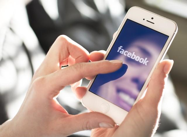 W bardzo łatwy sposób możesz sprawdzić, jakie dane na Twój temat ma Facebook. Kliknij na kolejne zdjęcie z instrukcją, jak to zrobić:
