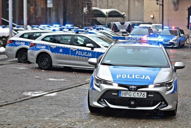 Osoby, które rozpoznają mężczyznę lub mogą pomóc w ustaleniu jego tożsamości proszone są o kontakt osobisty z funkcjonariuszami Komisariatu Policji Bydgoszcz-Szwederowo przy ul. Toruńskiej 19 lub telefoniczny pod numerem telefonu 47-751-53-26, a także całodobowo pod numerami 47-751-52-69 lub 112 powołując się na znak sprawy L.dz. II-Kr 2845/21.
