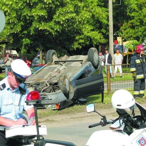 Mężczyźni siedzący na przednich fotelach opla zdołali samodzielnie wyjść z pogniecionego samochodu