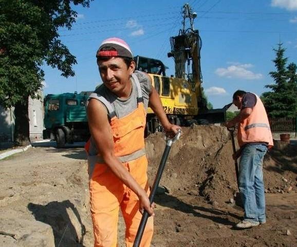 Janusz Nawrocki z firmy Brukbet zapewnia, że mimo upałów prace posuwają się zgodnie z harmonogramem (fot. Dariusz Brożek)