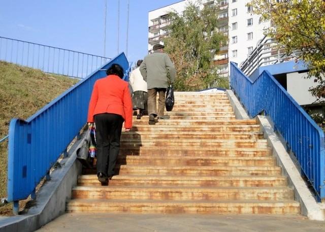 Tak wyglądają schody prowadzące na kładkę dla pieszych nad aleją Jana Pawła II, od strony przystanku przy sklepie Tesco.