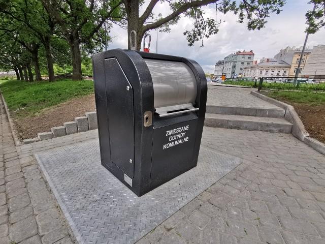 Na Placu Rybim w Przemyślu zamontowano pierwszy w mieście podziemny pojemnik na odpady. - Pojemnik został zakupiony w ramach budżetu obywatelskiego na 2018 rok, jednak z uwagi na wzrost kosztów robót budowlanych nie został zamontowany. Istniejące do tej pory 3 pojemniki na odpady służyły mieszańcom 10 kamienic przy Placu Rybim, ul. Ratuszowej i ul. Wodnej. Podziemny pojemnik wyeliminuje uciążliwy zapach, zwiększy bezpieczeństwo użytkowników, zapewni łatwy dostęp dla osób niepełnosprawnych - powiedziała Agata Czereba rzecznik prasowy prezydenta Przemyśla.
