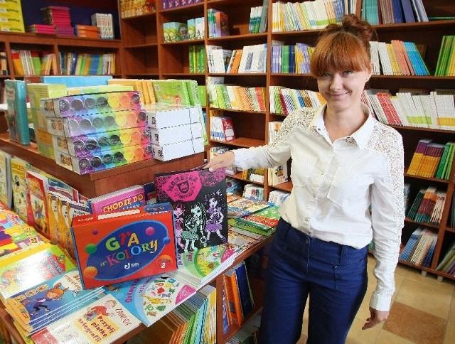 Ile kosztuje szkolna wyprawka? W tym roku za przybory szkolne zapłacimy więcejW tym sezonie szał robią artykuły z serią Monster High – mówi Agnieszka Garbat z księgarni Wesoła Ciuchcia, znajdującej się na ulicy Paderewskiego w Kielcach.