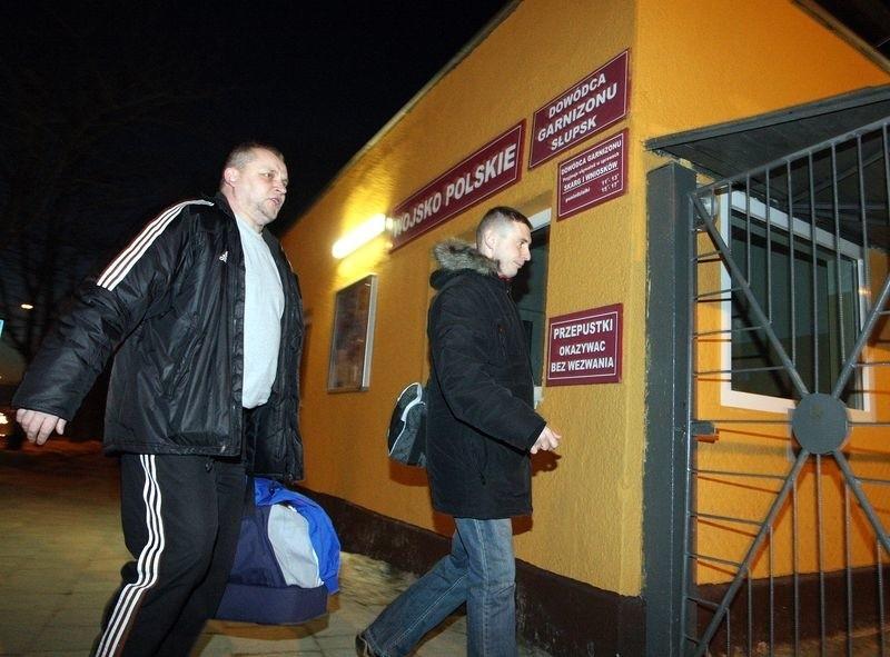 Kierownik drużyny Wacław Dobruk i asystent trenera Grzegorz Bednarczyk wchodzą na teren jednostki, gdzie znajduje się hala.
