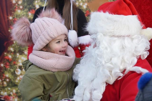 Ileż to życzeń musiał wysłuchać Święty Mikołaj, który zawitał do Sępólna Krajeńskiego! Słówko z nim chciało zamienić ponad tysiąc dzieci, które przyszły na obiecane spotkanie do Centrum Kultury i Sztuki. Bardzo się ucieszyły, że przyjechał także i do nich, ale też były zaciekawione, jaki naprawdę on jest.Przez trzy godziny mogły z nim porozmawiać, przyznać się czy były grzeczne, no i też szepnąć mu do ucha, jakie prezenty chciałyby zobaczyć pod choinką. Mikołaj, siedząc w okazałym fotelu na mrozie, cierpliwie wysłuchał wszystkich życzeń. Zastanowi się, ile z nich będzie mógł spełnić. Powiedział, że ma dużo obowiązków i wyruszył w odwiedziny do innych dzieci. Przybyszowi z Laponii towarzyszyły śnieżynki, a całe spotkanie z Mikołajem odbyło się w świątecznej, błyszczącej scenerii.