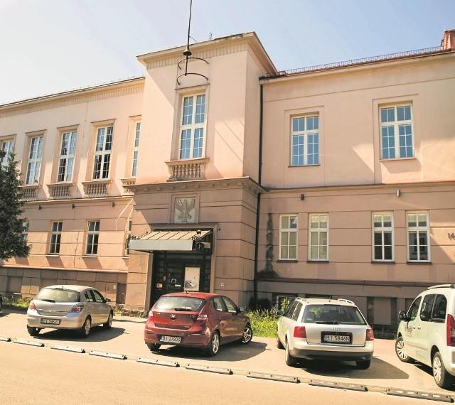 Miejsce, w którym zbudowano gmach bankowy, do lat 80. XIX w. wyglądało zupełnie inaczej - były tu dwie odrębne działki należące do dwóch różnych rodzin, a podziały te sięgały jeszcze czasów Branickich.