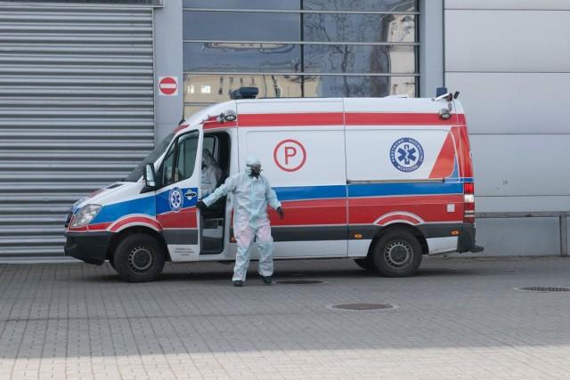 Ministerstwo zdrowia podało w czwartek informację o 954 zgonach osób z koronawirusem