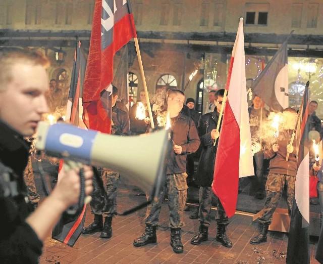 Podczas tej demonstracji krakowscy strzelcy palili flagi UE i NATO