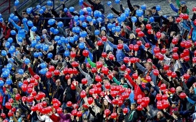 Granatowo-bordowa baloniada była jednym z elementów dopingu kibiców Pogoni Szczecin.