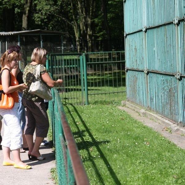 Odwiedzający białostocki zwierzyniec dziwią sie jak można w takich warunkach trzymać zwierzęta.