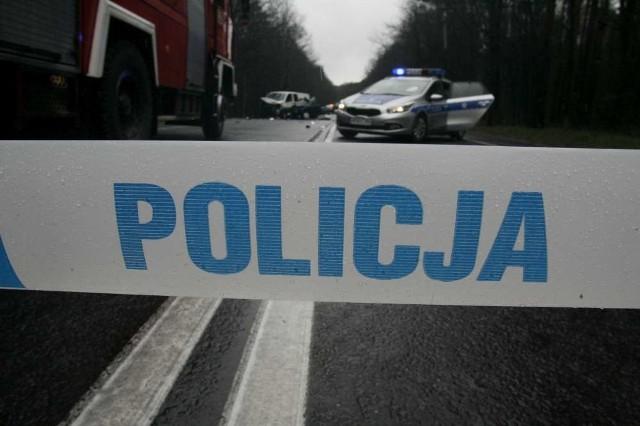 Wypadek na ul. Promienistej. Samochód uderzył w słup