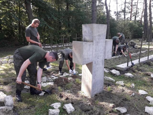 Kotowice: polscy i niemieccy żołnierze wspólnie porządkują Zabytkowy Cmentarz Wojenny