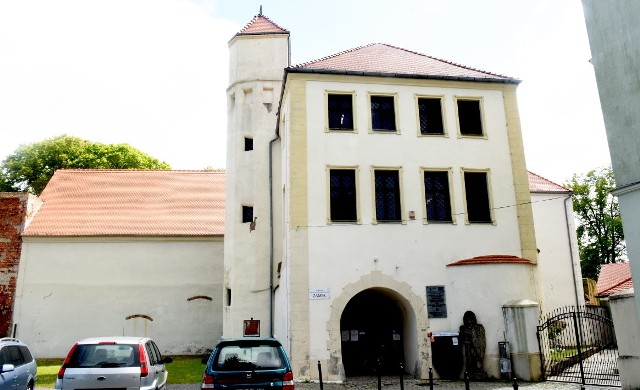 Zamek Piastowski w Krośnie Odrzańskim czeka na odbudowę. W niektórych miejscach wygląda imponująco, ale to może mylić. Wystarczy bliżej przyjrzeć się murom dworu. Te wyginają się i sypią. Jak długo wytrzymają?
