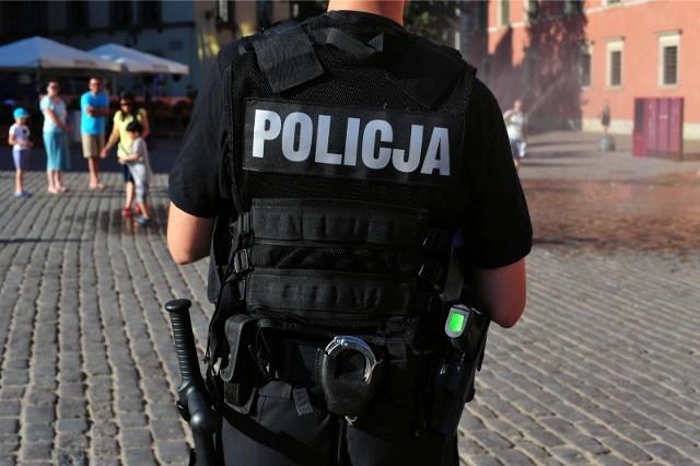 Prawo definiuje również obowiązki policjantów w czasie interwencji. Co należy do obowiązku policjanta, a czego nie musi robić? Jak powinien zachować się obywatel do poleceń funkcjonariusza? Co grozi za nie stosowanie się do poleceń policjanta? Więcej na ten temat w artykule...