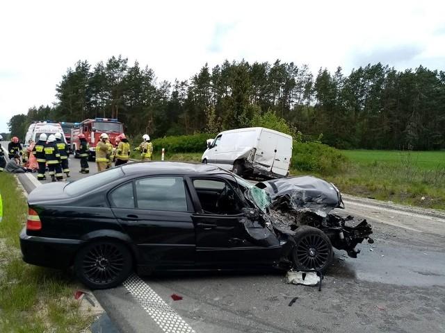 Wypadek we wsi Stoczki. Kierowca bmw stracił panowanie nad autem i uderzył w dostawczego mercedesa