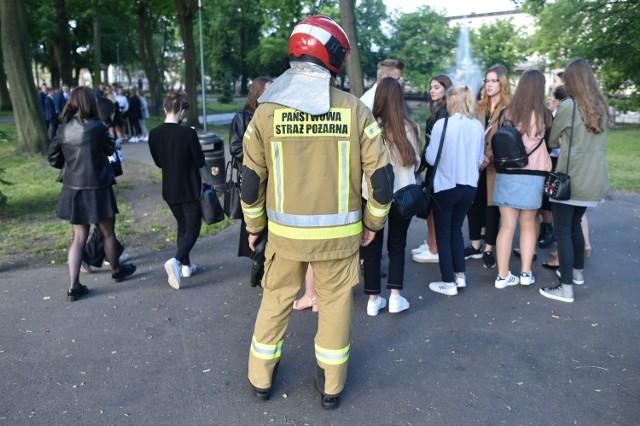 Alarm bombowy w III LO w Lesznie. Ze szkoły ewakuowano wszystkich pracowników, którzy byli już w salach i czekali na uczniów. Maturzyści byli zdezorientowani.Przejdź do kolejnego zdjęcia --->