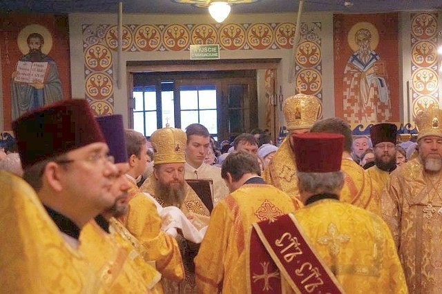 Święty Mikołaj przeżył 65 lat. Zmarł po krótkotrwałej chorobie 6 grudnia - pomiędzy rokiem 345 a 352 (dokładny rok śmierci arcybiskupa trudno jest dziś ustalić). Ciało licyjskiego hierarchy spoczęło w podziemnej krypcie katedralnej świątyni w Myrach