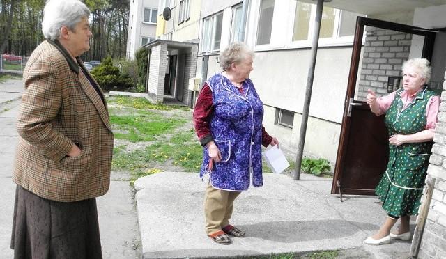 Emerytki mieszkające w bloku przy ul. Parkowej są zbulwersowane stanem budynku: - Od wielu lat nic tu nie jest remontowane! - mówią zgodnie dwie panie Krystyny (od lewej) i pani Zofia.