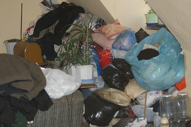 Tak wygląda mieszkanie człowieka, który utrudnia życie sąsiadom na osiedlu Azoty.