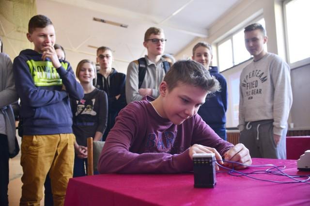 Gimnazjaliści z podradomskich Wierzchowin z zainteresowaniem zwiedzali we wtorek wystawę.
