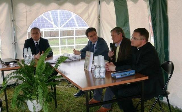 Przy mikrofonie Arkadiusz Kutkowski, jeden z autorów książki. Obok niego (z prawej) współautor publikacji, ksiądz Szczepan Kowalik.