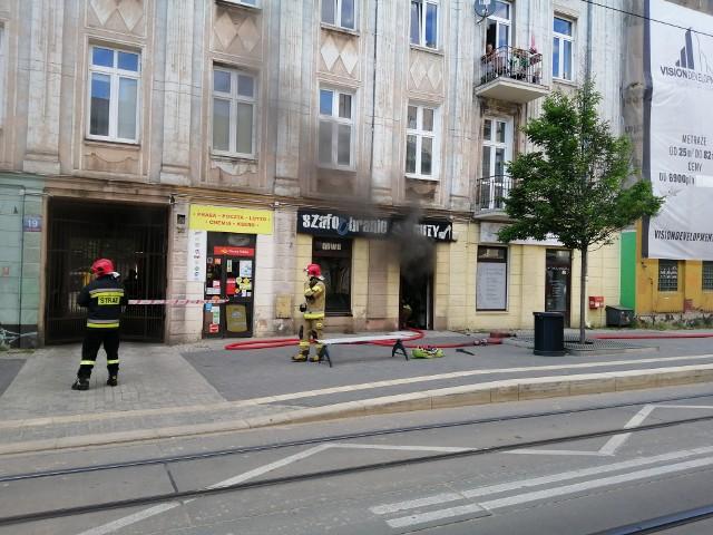 Pożar na Kopernika w ŁodziW czwartek popołudniu doszło do pożaru w sklepie obuwniczym na ulicy Kopernia w Łodzi. Doszło do dużego zadymienia. Na czas gaszenia pożaru Kopernika 19 ulica była nie przejezdna, nie kursowały tramwaje MPK Łódź.ZOBACZ ZDJĘCIA >>>>