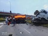 Kraków. Wypadek w rejonie wiaduktu na Igołomskiej. Zderzenie ciężarówki i śmieciarki. Są utrudnienia w ruchu! [ZDJĘCIA]