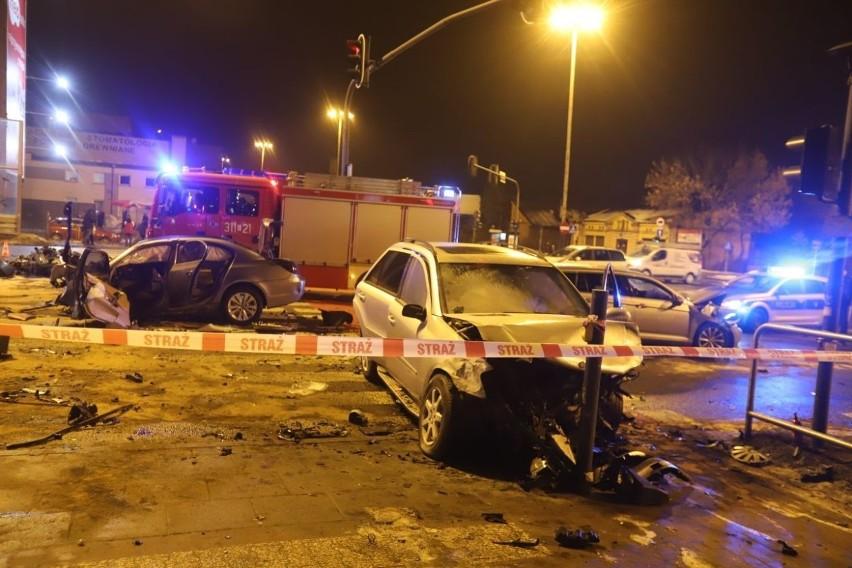 Dramatyczny wypadek na al. Jana Pawła II. Zderzyło się siedem samochodów. Kierowca bmw zatrzymany ZDJĘCIA