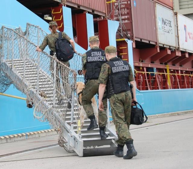 Strażnicy graniczni skontrolowali statek towarowy w Szczecinie.