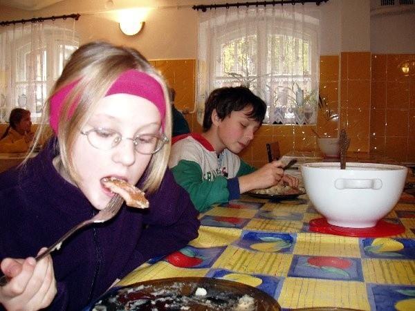 Karolina i Łukasz ze Szkoły Podstawowej nr 2  chwalą szkolne kucharki. Obiady ponoć niczym  nie różnią się od domowych.