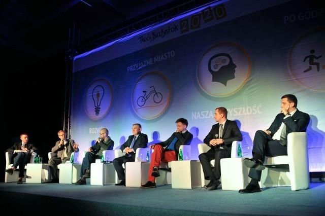 Prezydent Tadeusz Truskolaski na początku debaty chwalił się swoimi osiągnięciami