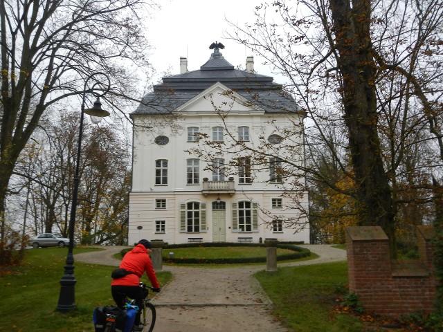 Stary Pałac w Ostromecku w późnojesiennym anturażu. W pobliżu znajduje się większy Pałac Nowy