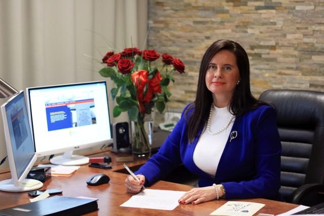 Violetta Porowska od końca lat dziewięćdziesiątych aktywnie działa w samorządzie i polityce, pracuje społecznie. Godzi to z byciem żoną i mamą.
