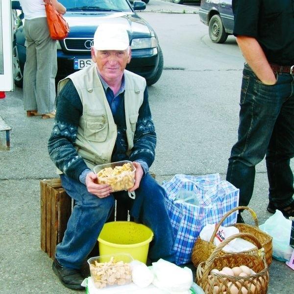 - Byle tylko padały deszcze, a grzybów nie zabraknie - mówi Czesław Tomaszewski, sprzedający kurki na suwalskim bazarze