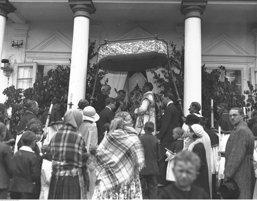 Modlnica, 1932. Procesja Bożego Ciała - odczytywanie...