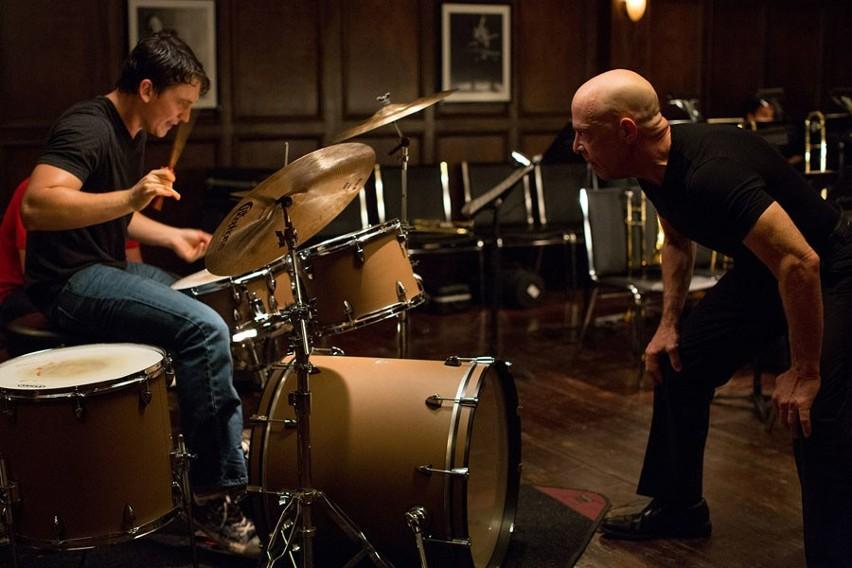 """Pojedynek muzyczny i psychiczny z finałem niemal jak """"W samo południe"""" rozgrywają Miles Teller i J.K. Simmons"""