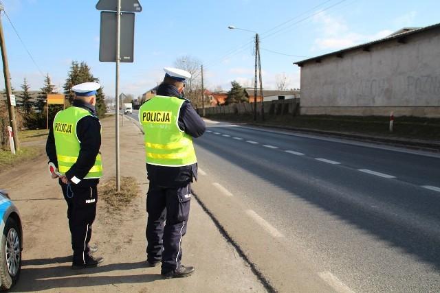 Jadącego wężykiem motorowerzystę patrol zatrzymał wieczorem w Szaradowie