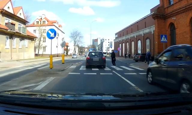 Kierowca toyoty omal nie przejechał dziewczyny na przejściu koło galerii handlowej Alfa w Białymstoku