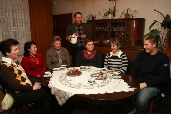 Od lewej członkowie rady duszpasterskiej: Rozwita Piechota, Beata Mika, Teresa Komor, ks. Piotr Burczyk, Katarzyna Jirgen, Sylwia Jirgen, Dariusz Woźnica.