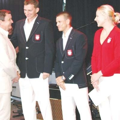 Prezes Henryk Owsiejew (z lewej) nie poskąpi Michałowi Łogoszowi, Robertowi Mateusiakowi i Nadii Kostiuczyk nagród za medale