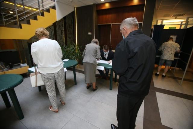 73,59 procent - to frekwencja wyborcza podczas drugiej tury głosowania we Wrocławiu.Sprawdź frekwencję w swojej komisji - na kolejnych slajdach znajdziesz oficjalne dane o frekwencji we wszystkich obwodowych komisjach we Wrocławiu. Posługuj się klawiszami strzałek, myszką lub gestami.