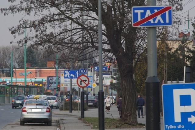 Pan Jarosław zaparkował na parkingu taksówek przy ul. Grunwaldzkiej - przed ul. Bolkowicką. Jak mówi, nie powinien dostać za to mandatu, bo teoretycznie postój taksówek w tym miejscu... nie istnieje